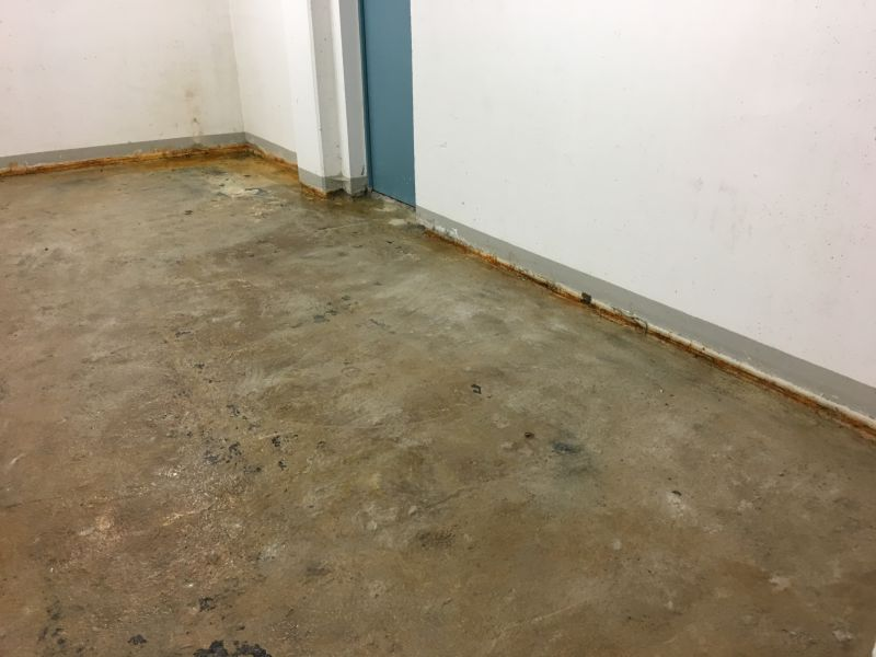 Defekter Sohle-Wand-Anschluss im Tiefgeschoss eines Bürohauses